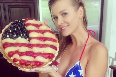 @joannakrupa: About to indulge into this #patriotic cake by @Chloedavidla #america #independence #yummy #willneedgym