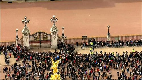 Huge crowds are gathering outside Buckingham Palace in London. (9NEWS)