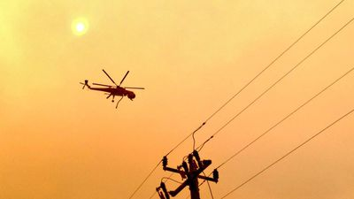 Firefighting helicopter Big Elvis on the way to battle the blaze. (9NEWS)