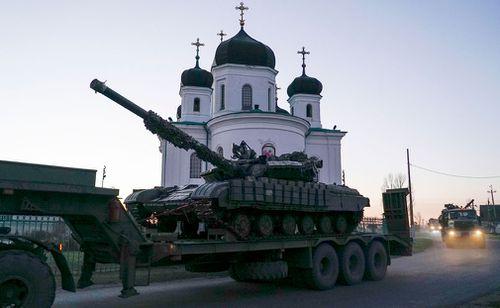 Ukrainian tanks are being transported in Urzuf.