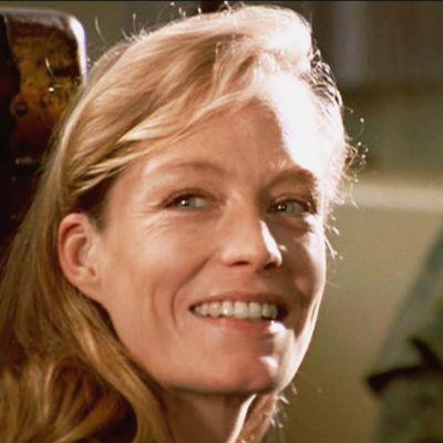 Suzy Amis Cameron as Lizzy Calvert