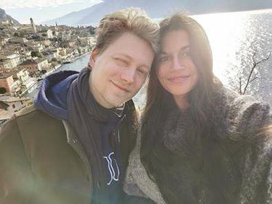 Long distance couple reunite hours before borders close amid coronavirus pandemic.