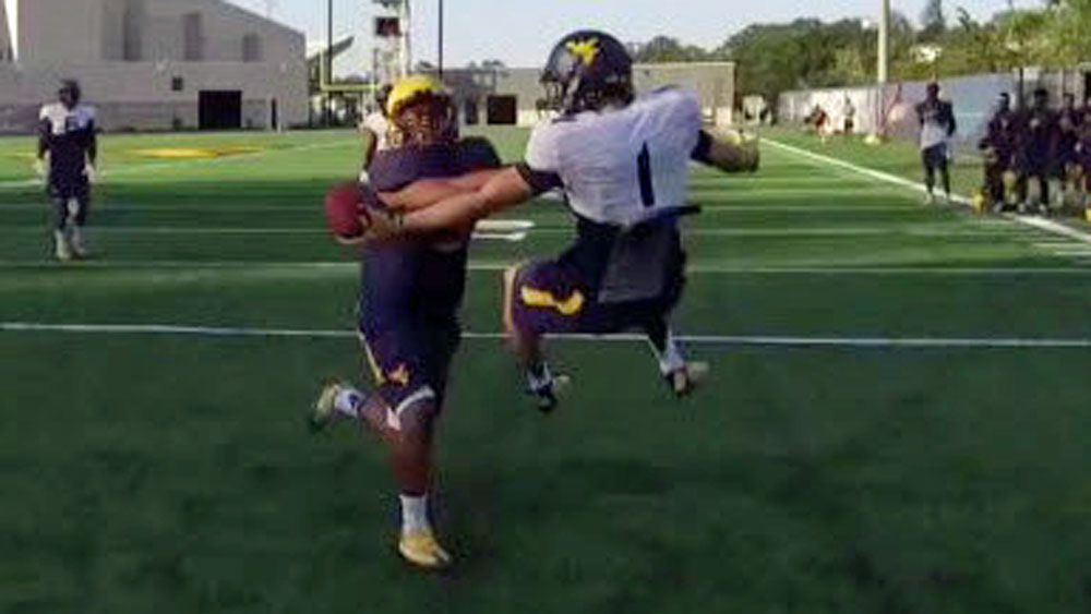 Gridiron: Player snares one-handed, flying catch