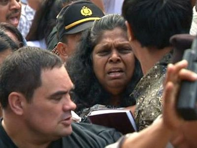 Sukumaran's mother Raji walks to the port of Cilicap for her final visit with her son ahead of his execution. (9NEWS)