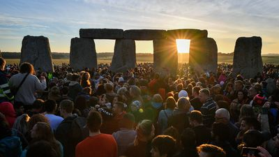 Thousands watch the sun rise over Stonehenge