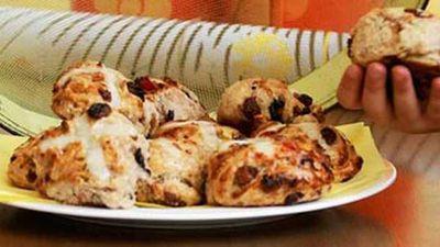"""<a href=""""http://kitchen.nine.com.au/2016/05/16/18/02/hot-cross-buns"""" target=""""_top"""">Hot cross buns</a>"""