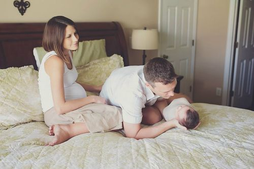Abigail and her parents share a special moment. (Mary Huszcza/8.08 Photography)