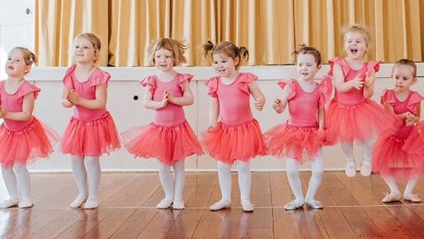 Melbourne dance school scrambling to get new costumes for young students' Christmas Concert