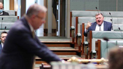 Craig Kelly mencemooh Anthony Albanese di Parlemen tahun lalu.