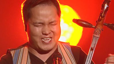 Mongolian throat singer Bukhu Ganburged sings on The Voice 2020