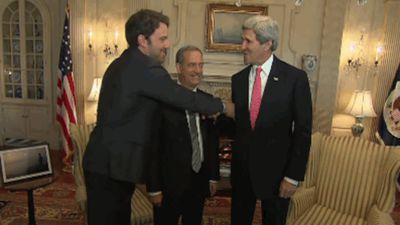 Actor Ben Affleck misses the mark with an attempted handshake with US politician John Kerry.