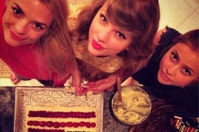 @taylorswift: Look @inagarten !!!! We wish you were here-- love, TS, @jaime_king @amandygriffith