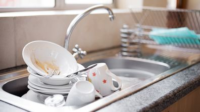 How to hand wash your dishes the right way