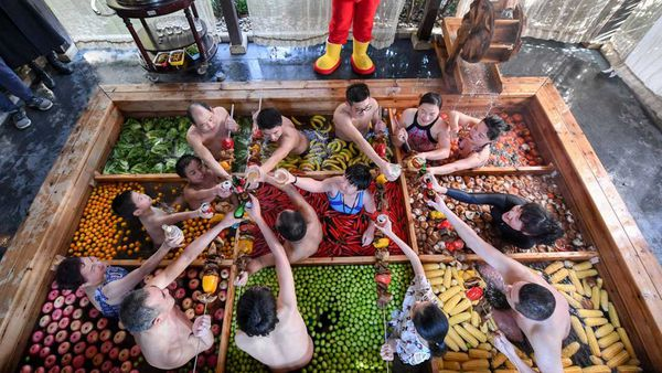 The hot pot shaped hot spring in Hangzhou has vegetables and fruits, including lettuce, chilis, tomatoes, apples, bananas, mushrooms and corns.